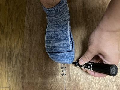 足の大きさを計っている画像
